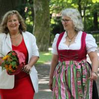 Politischer Gedankenaustausch: Neubibergs Bürgermeister-Kandidatin Elisabeth Gerner (r.) im Gepräch mit Landratskandidatin Annette Ganssmüller-Maluche (l.)