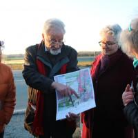 Einen Plan in der Hand und Ideen im Kopf: Neubibergs Zweiter Bürgermeister Volker Buck (3 v.l.) und SPD-Spitzenkandidatin Elisabeth Gerner (2 v.r.) erläutern die Optionen für einen Hochwasserschutz und ein neues Gewerbegebiet.
