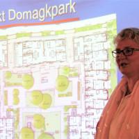 Kompetente Referentin: Elisabeth Gerner erläutert nicht nur eigene Projekte ihrer Genossenschaft, sondern erklärt ihren Zuhörern auch die unterschiedlichen Strategien von Wohnungsbaugenossenschaften.